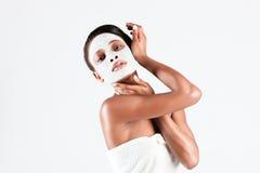 Härlig afrikansk kvinna i studio med den ansikts- maskeringen Royaltyfri Fotografi