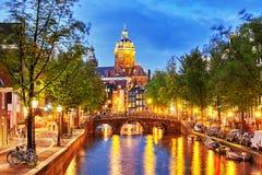 Härlig Amsterdam stad på aftontiden Arkivfoto