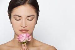 Härlig asiatisk kvinnamodell With Pink Rose Arkivfoto