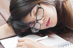 Härlig asiatisk studentkvinnasömn. Arkivfoton