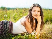 Härlig attraktiv bekymmerslös brunettflicka i fält Royaltyfria Bilder