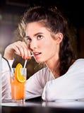 Härlig attraktiv flicka med coctailen Arkivfoto