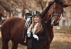 Härlig attraktiv flicka med en häst Yrkesmässig skicklig ryttarinna, ryttare Arkivbilder