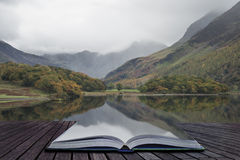 Härlig Autumn Fall landskapbild av Crummock vatten på sunrien Arkivfoton
