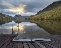 Härlig Autumn Fall landskapbild av sjön Buttermere i sjön Royaltyfri Fotografi