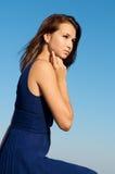 härlig blå klänningmodell Arkivfoto