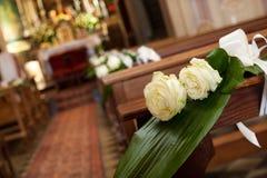 Härlig blommabröllopgarnering i en kyrka Arkivbild