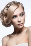Härlig blond flicka i bilden av en brud med en tiara i hennes hår Härlig le flicka white för bröllop för bakgrundsbild Royaltyfria Bilder