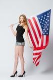 Härlig blond flicka med amerikanska flaggan Fotografering för Bildbyråer