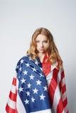 Härlig blond flicka med amerikanska flaggan Arkivfoto