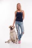 Härlig blond flicka med labrador Arkivfoton