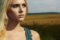 Härlig blond flicka på field.beautyen woman.nature Arkivfoton