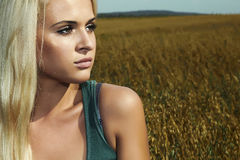 Härlig blond flicka på field.beautyen woman.nature Arkivbilder