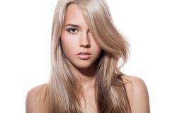 härlig blond flicka Sunt långt hår Vit bakgrund Royaltyfri Fotografi