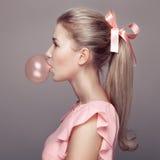 härlig blond kvinna fashion ståenden Arkivfoto