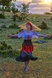 Härlig blond kvinna i gammalmodig klänningdans Arkivfoton