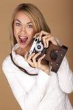 Härlig blond kvinna som tar fotografier Fotografering för Bildbyråer