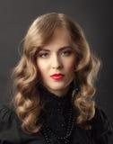 Blond kvinnatappningstående Arkivbild