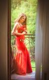 Härlig blondin med den röda rosen Arkivbilder