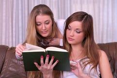 härlig bok som läser två kvinnor Royaltyfria Bilder