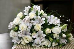 Härlig bröllopbukett av vita blommor Arkivbild