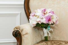 Härlig bröllopbukett från vita och rosa orkidér Fotografering för Bildbyråer