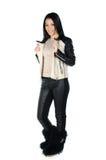 Härlig brunett som poserar och visar hennes läderlag Arkivfoton