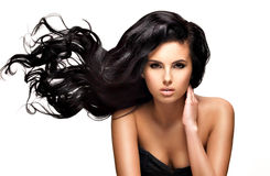Härlig brunettkvinna med långt svart hår Royaltyfri Fotografi