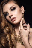 Härlig brunettkvinna med perfekt hud, ljus makeup och guldsmycken Härlig le flicka Arkivfoto