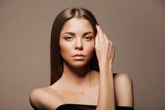 Härlig brunettkvinnastående med sunt hår Klara nya flår Skincare smycken Skönhet modellerar Arkivfoto