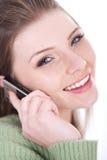 härlig cellflicka över le tala för telefon Arkivbild