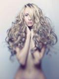 Härlig dam med storartat hår Royaltyfria Foton