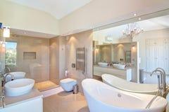 Härlig dekorativ badrum. Arkivfoton