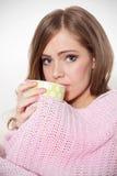 Härlig dåligt kvinna som dricker varmt te Arkivfoton