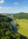 Härlig engelsk bygd i Wyedal- och flodwyen mellan Herefordshire och Gloucestershire England UK Royaltyfri Fotografi