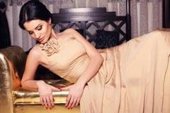 Härlig flicka i beige klänning Royaltyfri Bild