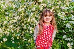 Härlig flicka i blommande trädgård Royaltyfri Bild