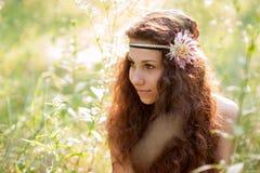 Härlig flicka i en skog Arkivfoton