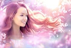 Härlig flicka i fantasivårträdgård Royaltyfri Fotografi