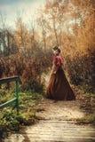 Härlig flicka i höstskogen Arkivbilder