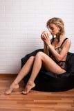 Härlig flicka i morgonen med en kopp kaffe Royaltyfri Fotografi