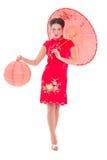 Härlig flicka i röd japansk klänning med paraply och lykta I Royaltyfria Bilder