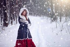 Härlig flicka i vinterskogsaga Arkivbild