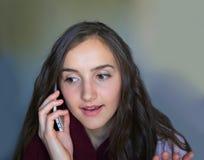 härlig flicka isolerad mobil telefonwhite Arkivbilder