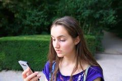 härlig flicka isolerad mobil telefonwhite Royaltyfri Bild
