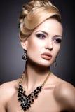 Härlig flicka med den ljusa makeup- och aftonfrisyren Royaltyfria Bilder