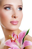 Härlig flicka med en blommalilja Royaltyfri Foto