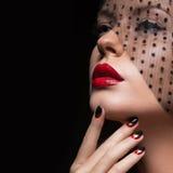 Härlig flicka med en skyla, aftonmakeup, svart Royaltyfri Fotografi