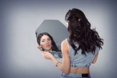 Härlig flicka med en spegel Royaltyfria Bilder