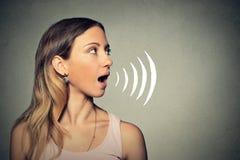 Härlig flicka med hennes öppna tala för mun Arkivfoton